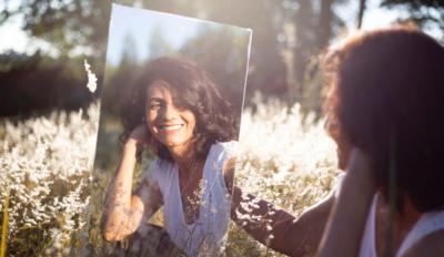 Dona al mirall